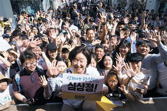 심상정 정의당 후보는 3일 강원도 춘천 명동거리와 중앙시장을 돌며 유권자들의 지지를 호소했다. 사진 : 정의당 제공