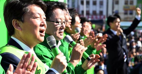 안철수 국민의당 후보와 박지원 상임선대위원장이 지난달 24일 전남 목포역 앞에서 열린 유세에서 지지자들과 목포의 눈물을 합창하고 있다.
