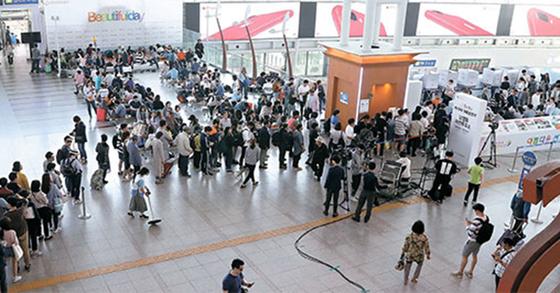 제19대 대통령선거 사전투표 마지막 날인 5일 오후 유권자들이 서울역 사전투표소에서 한 표를 행사하기 위해 줄지어 순서를 기다리고 있다. 이번 선거 사전투표율은 26.1%을 기록했다. [우상조 기자]