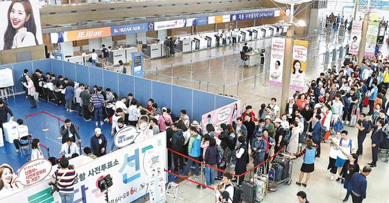 19대 대통령 선거 사전투표소가 설치된 인천공항의 4일 모습 [중앙포토]