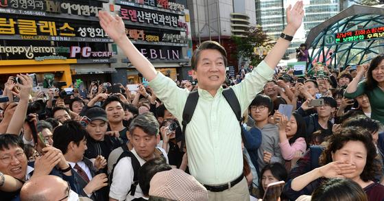 결전을 이틀 앞둔 7일 '뚜벅이 유세'를 나선 안철수 국민의당 대선후보가 서울 강남역 앞에서 지지자들에게 한표를 호소하고 있다. [사진=공동취재단]