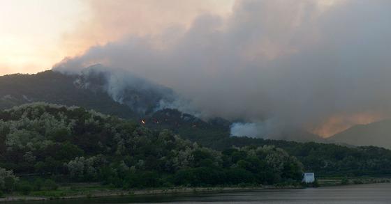 지난 6일 오후 경북 상주시 사벌면에서 발생한 산불. [사진 경북도]