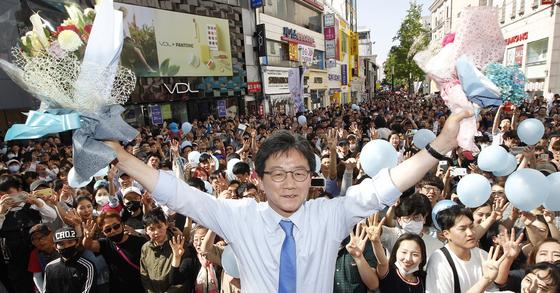 유승민 바른정당 대선 후보가 7일 대구 동성로를 찾아 시민들을 향해 지지를 호소했다. 유 후보가 지지자들이 선물한 꽃다발을 들고 환호하고 있다. 프리랜서 공정식