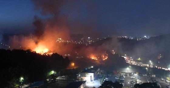 6일 강릉 성산면에서 발생한 산불이 밤에도 꺼지지 않아 시청 인근에 붉은 능선을 그리며 타오르고 있다. [사진 강원일보]