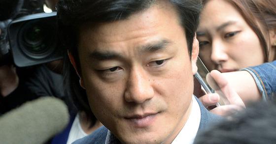 박근혜 전 대통령이 삼성동 자택에서 내곡동 새 자택으로 이사한 6일 이영선 청와대 행정관이 삼성동 자택으로 들어가던 중 취재진 질문을 받고 있다. [뉴시스]