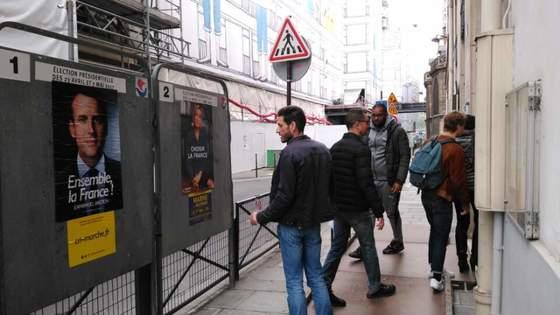 7일 파리 시내 한 투표소 앞에서 한 남성이 마린 르펜 후보의 대선 포스터를 읽고 있다. 파리=김성탁 특파원