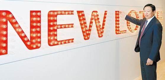 4월3일 서울 잠실 롯데호텔월드에서 열린 롯데그룹 50주년 창립 기념식에서 신동빈 회장이 '뉴롯데 램프'를 점등하고 있다.