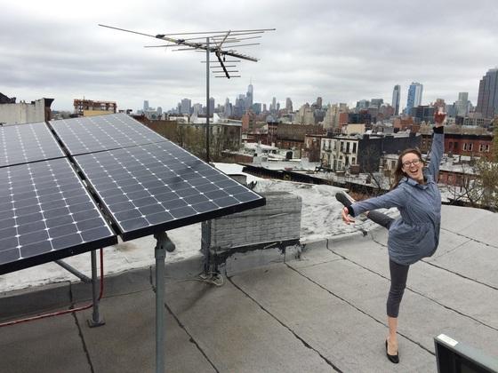 뉴욕의 현대무용가 에밀리 페트리가 브루클린 에너지 장터 회원에 가입한 뒤 기뻐하고 있다. [사진 EO3]