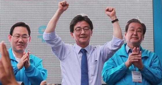 유승민 바른정당 대선후보가 8일 오후 서울 노량진역 앞에서 시민들에게 지지를 호소하고 있다. 사진 : 전민규 기자