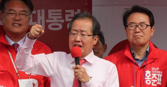 홍준표 자유한국당 후보가 지난 4일 충주체육관 앞 광장에서 유세 연설을 하고 있다. 강정현