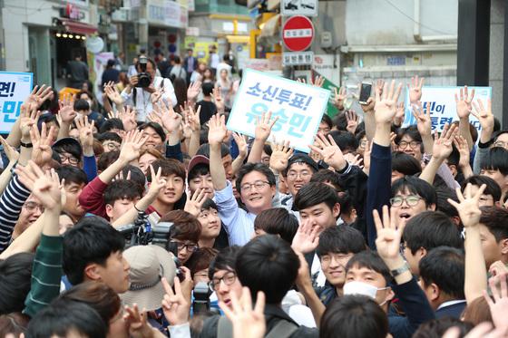 유승민 바른정당 대통령 후보는 투표를 하루 앞둔 8일 대학가와 직장인이 많은 번화가를 집중 공략했다. [사진 바른정당]