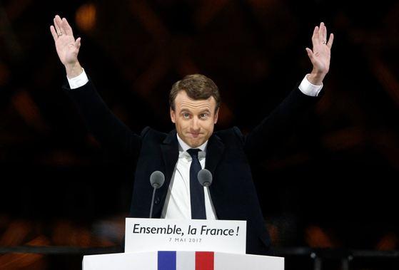 7일(현지시간) 프랑스 파리 루브르 박물관 앞에서 '앙마르슈!'의 에마뉘엘 마크롱 후보가 지지자들에게 인사하고 있다. [AP=뉴시스]