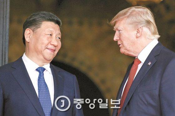 지난 4월 정상회담 중인 도널드 트럼프 미 대통령(오른쪽)과 시진핑 중국 국가주석. [사진 중앙포토]