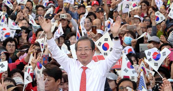 홍준표 자유한국당 후보가 울산 문화의 거리에서유세를 했다(왼쪽 사진부터). 세 후보가 두 팔을 벌려 지지자들에게 인사하고 있다. [송봉근 기자]