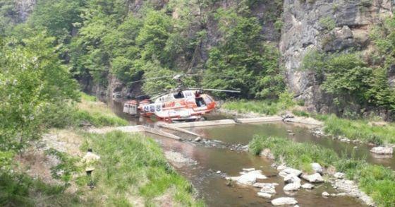 8일 오전 11시 46분 감원 삼척 도계읍 인근에서 산불 진화 중이던 산림청 헬기가 불시착했다. 이 사고로 정비사 1명이 사망했다. [사진 강원도 소방본부]