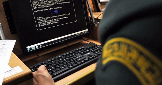 대선을 하루 앞두고 군 당국이 북한의 사이버 테러 가능성에 대비하기 위해 정보작전 방호태세인 인포콘을 한단계 격상했다. [중앙포토]