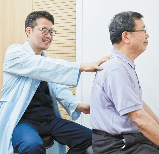 강남초이스 정형외과병원 조성태 원장(왼쪽)이 고주파 특수내시경치료로 허리디스크를 회복한 환자의 상태를 확인하고 있다.