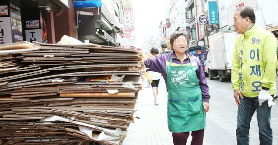 이재오 늘푸른한국당 대선후보가 선거운동 중 파지를 줍는 시민과 대화를 하고 있다. [사진 늘푸른한국당] photo@newsis.com