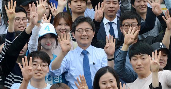 유승민 바른정당 대선후보와 딸 유담씨가 8일 오전 대전 유성구 충남대학교 내에서 학생들과 함께 손가락으로 기호 4번을 표시하고 있다. [뉴시스]
