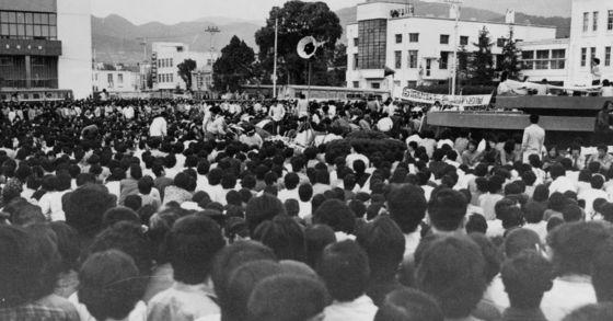 5.18 광주사태 당시 거리로 몰려나와 시위를 벌이는 시민들. [중앙포토]
