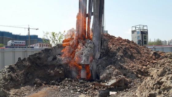 두달째 불길이 치솟고 있는 경북 포항시의 화재 현장 모습.      [사진 포항시]