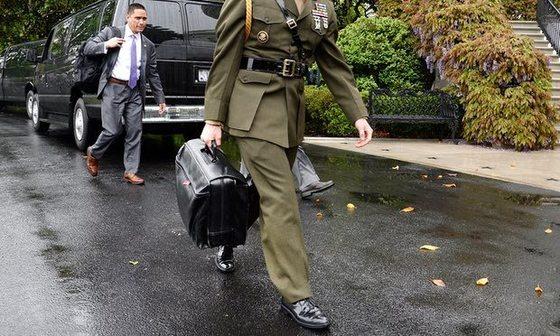 지난 2월 도널드 트럼프 대통령의 마라라고 리조트 방문 당시 핵가방을 운반하는 백악관 군사보좌관의 모습이 일반인의 눈에 띄어 페이스북에 올랐다. [사진 페이스북]