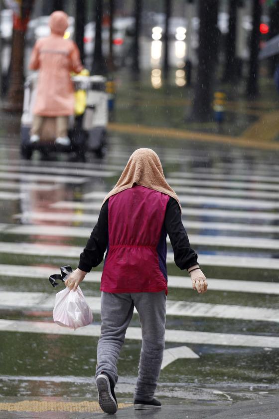 대구지역의 한 시민이 우산 없이 비를 맞고 도로를 횡단하고 있다. 8일 밤 전남 해안과 제주에서 비가 시작되겠고, 9일 오후에는 전국의 비가 확대되겠다. [중앙포토]