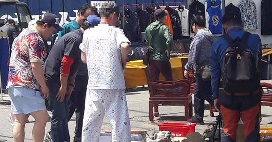 3일 오후 서울 동대문구 한 병원을 나선 환자가 40분 가량 걸어 시장에 도착해 물건을 구경하고 있다. 박정렬 기자