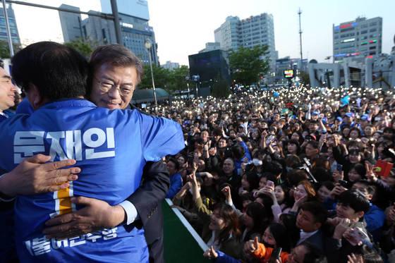 문재인 더불어민주당 대통령 후보가 5월 1일 경기 의정부 젊음의 거리에서 열린 집중 유세에서 다문화 여성의 지지 발언을 듣고 포옹하고 있다. [중앙포토]