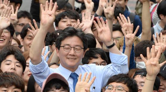 유승민 바른정당 대선 후보가 선거 운동 마지막 날인 8일 서울 안암동 고려대학교 후문 앞에서 유권자들에게 지지을 호소하고 있다. 권호욱 선임기자