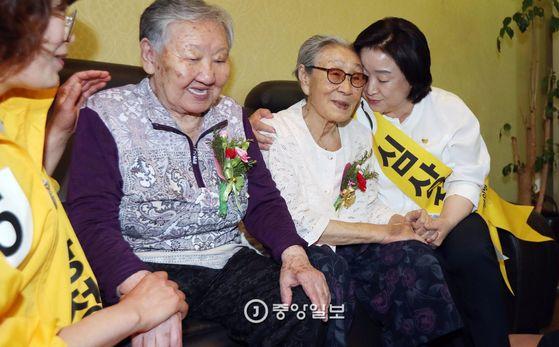 정의당 심상정 대선후보가 8일 오전 서울 마포구 '평화의 우리집'을 찾아 일본군 위안부 피해자 길원옥(왼쪽), 김복동 할머니를 위로하고 있다.