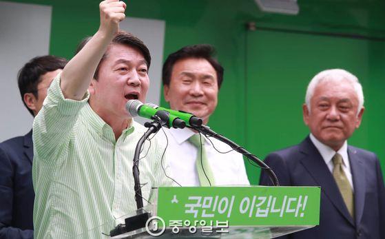 제19대 대통령 선거가 하루 앞으로 다가온 가운데 안철수 국민의당 대선후보가 8일 오후 서울 광화문 세종문화회관 앞에서 가진 유세에서 지지를 호소하고 있다.