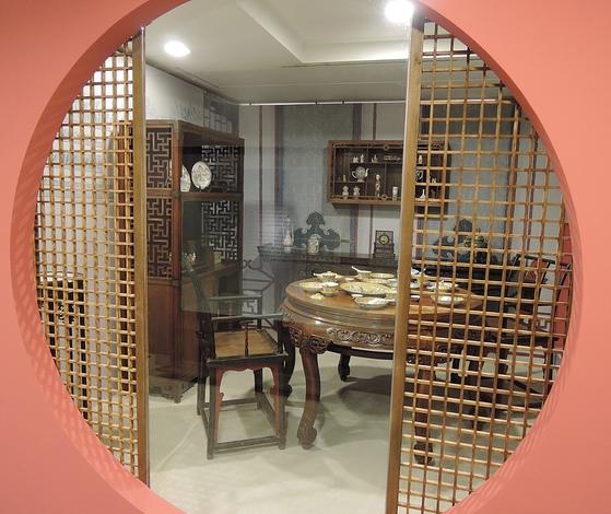 전시장에 화정박물관 소장품으로 중국 청대 실내 풍경을 재현해 놓았다.사진=화정박물관
