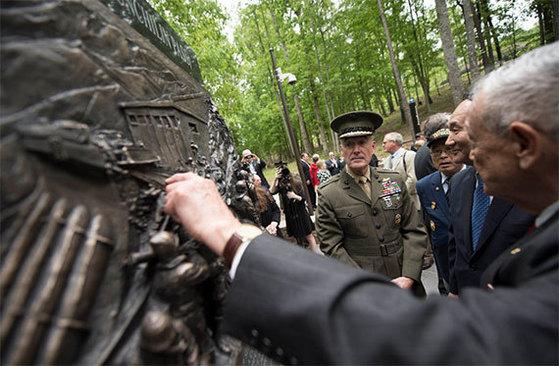 조지프 던포드 미 합참의장(왼쪽 첫째)과 박승춘 국가보훈처장(오른쪽 둘째)이 4일 장진호 전투 기념비 제막식에 참석해 기념비를 바라보고 있다. [사진 트위터]