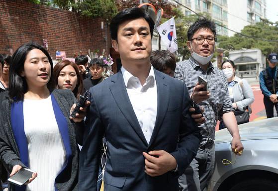 박근혜 전 대통령의 자택을 서울 삼성동에서 내곡동으로 옮긴 지난 6일 이영선 청와대 경호관(가운데)이 취재진의 질문을 받고 있다. [뉴시스]