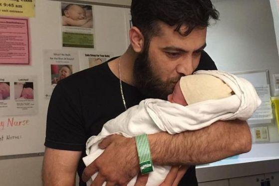 지난 4일 태어난 아기 '쥐스탱 트뤼도 아담 빌란'을 안고 있는 무하마드. [무하마드 빌란 페이스북]