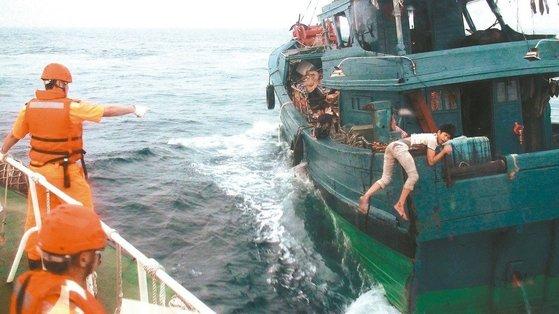 중국 광둥 선적인 어선의 어부가 '인간 방패'를 만들어 대만 해양순찰대의 등선을 저지하고 있다. [대만 펑후해양순찰대 제공, 대만 연합보]