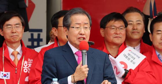 홍준표 자유한국당 대서 후보의 8일 부산 동구 부산역광장 유세. 사진 송봉근 기자