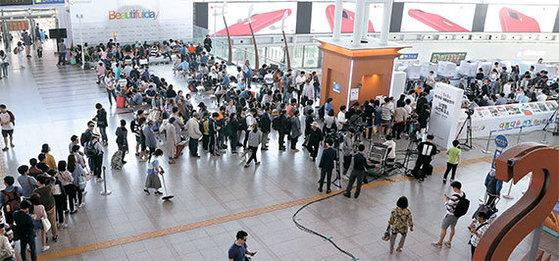 제19대 대통령선거 사전투표 마지막 날인 지난 5일 오후 유권자들이 서울역 사전투표소에서 한 표를 행사하기 위해 줄지어 순서를 기다리고 있다. 이번 선거 사전투표율은 26.1%을 기록했다. 우상조 기자