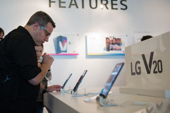 미국 샌프란시스코서 지난달 열린 V20 공개 행사에서 소비자들이 제품을 살펴보고 있다.  [사진 LG전자]