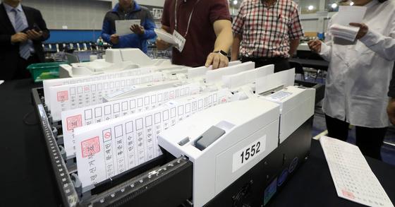 서울 마포구선관위 직원들이 8일 마포구민체육센터에 마련된 대통령선거 개표소에서 투표지 분류기를 시험운영 해보고 있다. 사진 : 최정동 기자