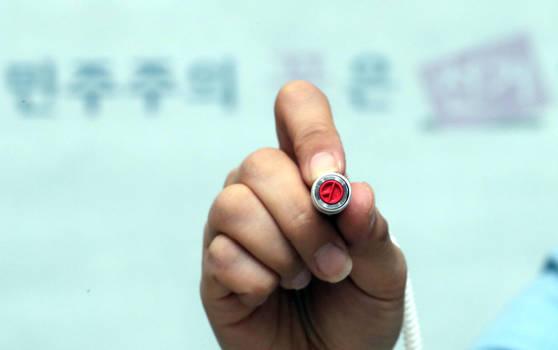 서울 마포구 직원들이 8일 마포창업복지관에서 상암동 제3투표소를 설치하고 있다. 사진 최정동 기자