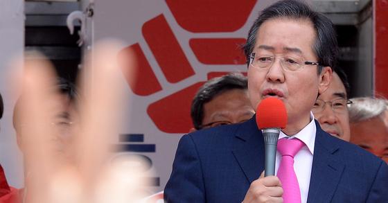 어버이날이자 제19대 대통령 선거일을 하루 앞둔 8일 오전 부산 동구 부산역 광장에서 홍준표 자유한국당 대선 후보가 선거 유세를 하고 있다. [뉴시스]