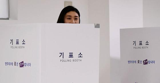 '배구 여제' 김연경이 9일 오후 경기 안산 시립별빛어린이집에 마련된 초지동 제10투표소에서 제19대 대통령선거 투표에 소중한 한 표를 행사하고 있다. [사진 뉴시스]