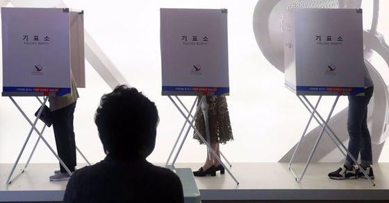 제19대 대통령 선거일인 9일 오후 서울 서초구 한 가구전시장에 마련된 반포1동 제5투표소에서 시민들이 투표하고 있다. 김경록 기자