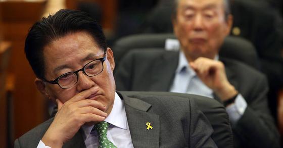 박지원 대표가 심각한 표정으로 방송3사 출구조사를 지켜보고 있다. 사진 : 박종근 기자