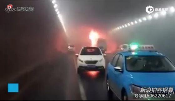 웨이하이시 터널 교통사고 화면 캡쳐. 출처-웨이보