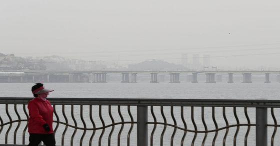 전국 13개 지역에 미세먼지 주의보가 발령된 8일 오후 서울 서초구 잠수교 남단에서 마스크를 끼고 있는 한 시민이 산책하고 있다. 김경록 기자 / 20170508