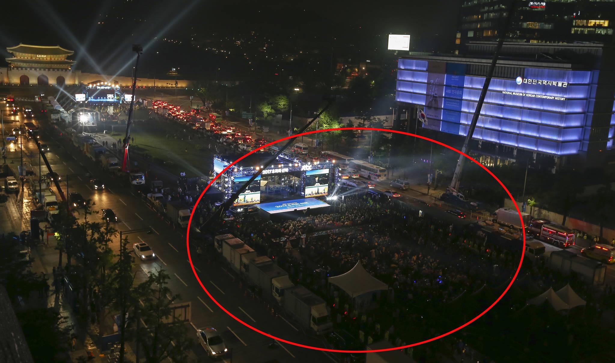 9일 오후 8시 30분 서울 광화문광장에서 시민들이 JTBC방송사의 개표방송을 지켜보고 있다. 임현동 기자