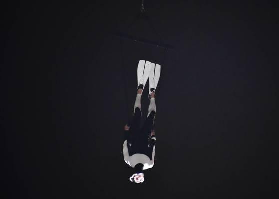 경기 안산문화재단이 5일 안산시 고잔동 안산문화광장에서 제13회 안산국제거리극축제를 개막한 가운데, 이날 오후 창작그룹 노니의 한 배우가 개막작품 '안녕2017'에서 공중 퍼포먼스를 통해 세월호 잠수사를 연기하고 있다. [사진 안산시]